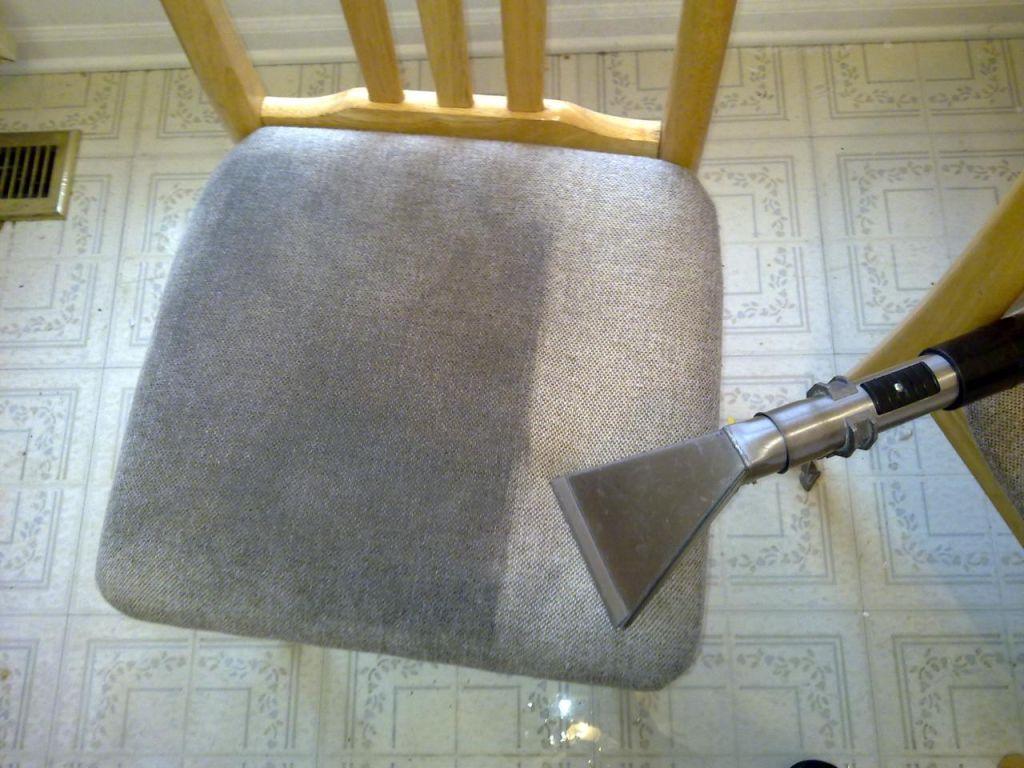 Günlük kullanımdan dolayı fazlaca kirlenmiş sandalyeyi eski muhteşem haline çeviriyoruz.
